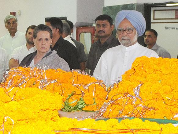 छत्तीसगढ़: नक्सली हमले में मारे गए कांग्रेस नेता नंद कुमार पटेल को श्रद्धांजलि अर्पित करते हुए मनमोहन सिंह और सोनिया गांधी।
