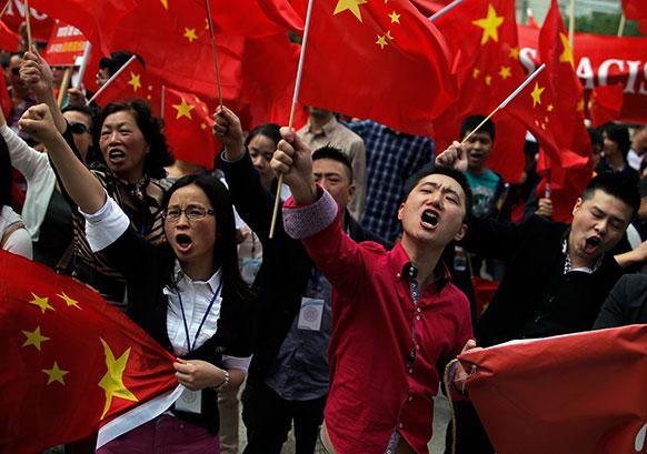 मेड्रिड में चीनी समुदाय के खिलाफ मीडिया के अपमानजनक अभियान को लेकर विरोध जताते हुए प्रदर्शनकारी।