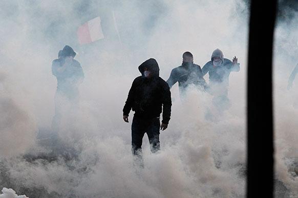 फ्रांस में नए समलैंगिक विवाह कानून के खिलाफ प्रदर्शन में हजारों की तादाद में लोग पहुंचे। प्रदर्शनकारियों पर अश्रु गैस छोड़ा गया।