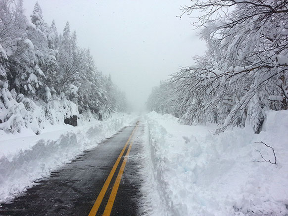 व्हाइटफेस माउंटेन वेटेरंस मेमोरियल हाइवे पर भारी बर्फबारी का नजारा। फोटो सौजन्य: ओआरडीए/व्हाइटफेस