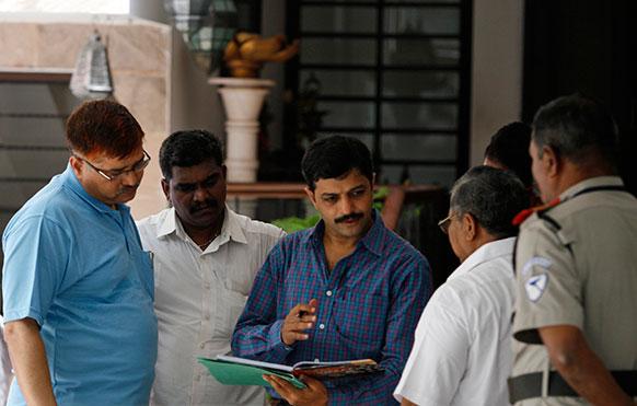 चेन्नई : आईपीएल की टीम सुपर किंग्स के सीईओ गुरुनाथ मयप्पन के घर पर छापेमारी करते हुए मुंबई क्राइम ब्रांच के अधिकारी।