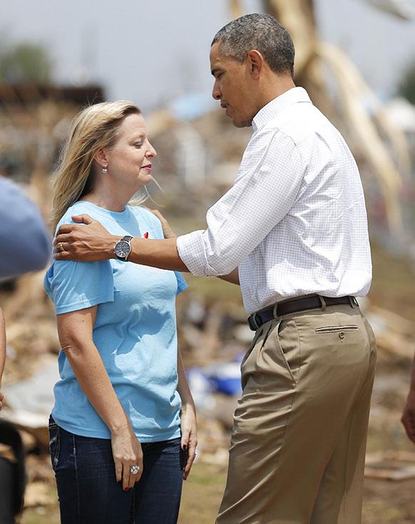 अमेरिका: ओकलाहोमा में टोरनेडो से मची तबाही के बाद एक महिला को सांत्वना देते हुए राष्ट्रपति बराक ओबामा।