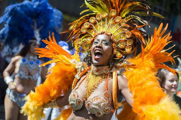 बर्लिन में कार्निवल परेड के दौरान नृत्य में डूबी एक महिला।