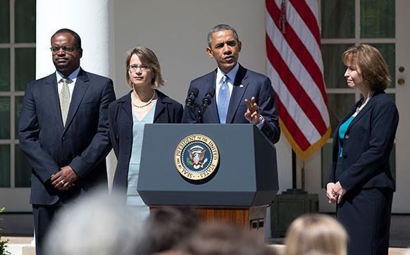 वाशिंगटन के व्हाइट हाउस में लोगों के संबोधित करते बराक ओबामा।