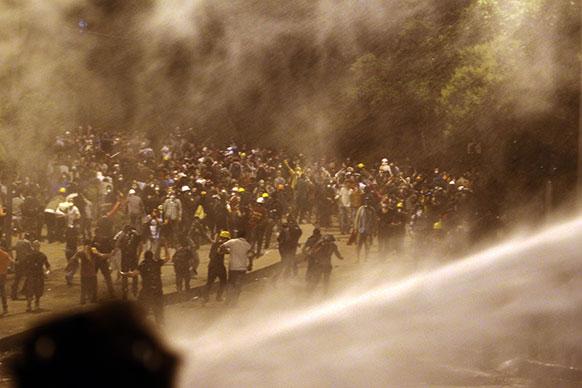इस्ताबुल में प्रदर्शनकारियों को पुलिस आंसू गैस और वाटर कैनन से रोकने की कोशिश करते हुए।