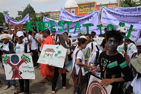 कंबोडिया से नामपेन्ह में पर्यावरण बचाओ कार्यकर्ता रैली निकालते हुए।