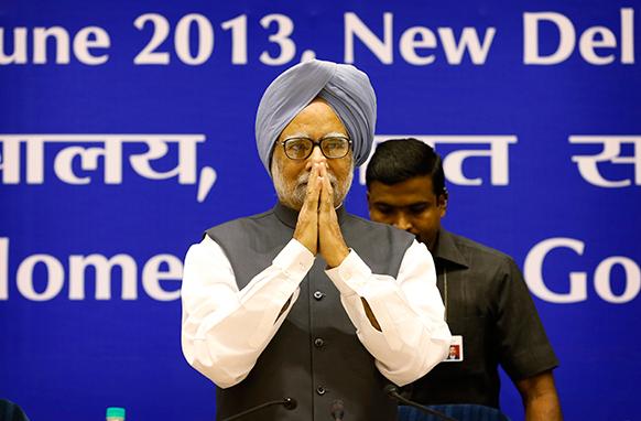 नई दिल्ली में प्रधानमंत्री मनमोहन सिंह देश के राज्यों के मुख्यमंत्रियों की बैठक में पहुंचने पर अभिवादन करते हुए।
