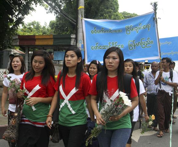 यंगून में केआईए एवं म्यांमार सेना के बीच लड़ाई की दूसरी सालगिरह पर रैली निकालते कार्यकर्ता।