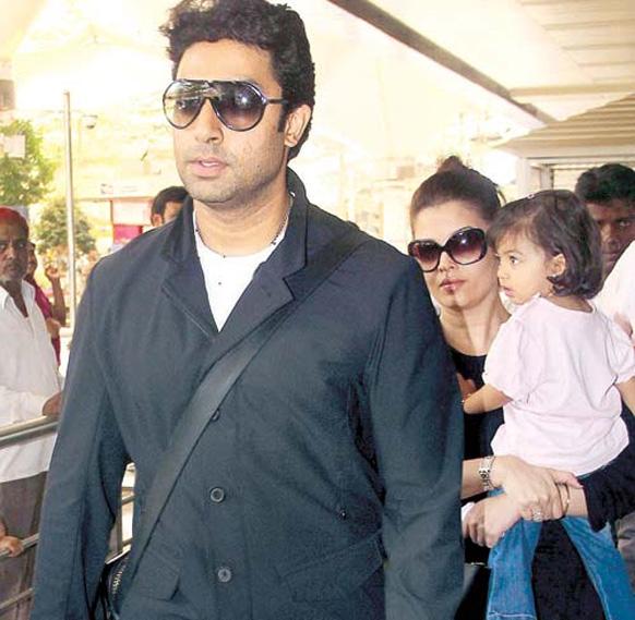 मुंबई हवाईअड्डे पर अभिषेक बच्चन एवं ऐश्वर्या राय बच्चन।