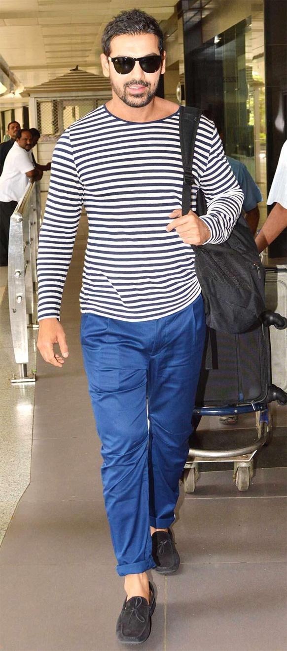 मुंबई एयरपोर्ट पर अभिनेता जॉन अब्राहम।
