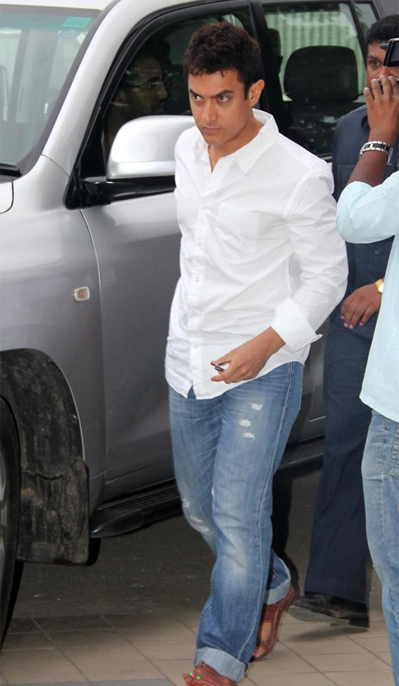 जिया खान को श्रद्धांजलि देने पहुंची अभिनेता आमिर खान।