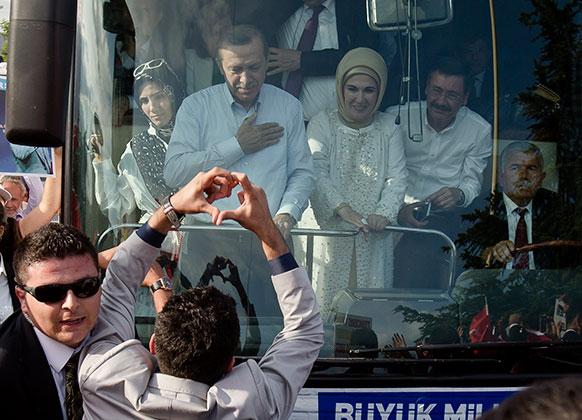 तुर्की के प्रधानमंत्री के अंकरा पहुंचने पर एक समर्थक ने दिल का चिन्ह बनाकर अपना समर्थन जताया।