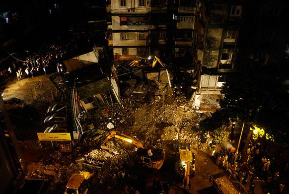 मुंबई के माहिम में भारी बारिश के दौरान इमारत गिरी, चार लोगों की मौत।