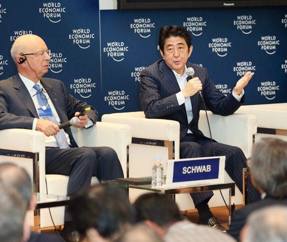 टोक्यो में जापान के प्रधानमंत्री शिंजो अबे वर्ल्ड इकोनोमिक फोरम के चेयरमैन क्लॉस सवाब से बात करते हुए।