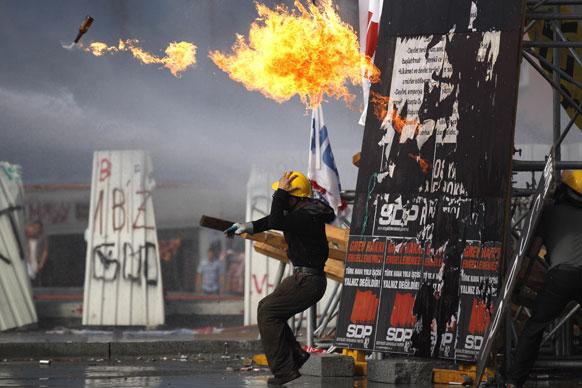 तुर्की के इस्तांबुल में पेट्रोल बम फेंकते प्रदर्शनकारी।