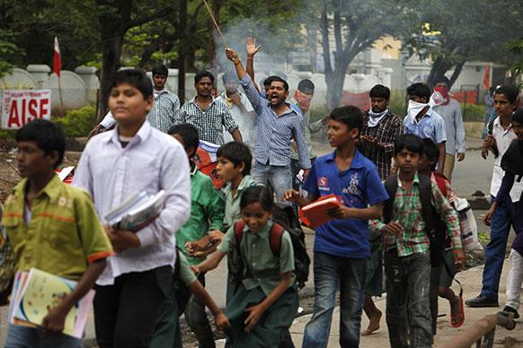 हैदराबाद में तेलंगाना के समर्थन में रैली निकालते लोग।