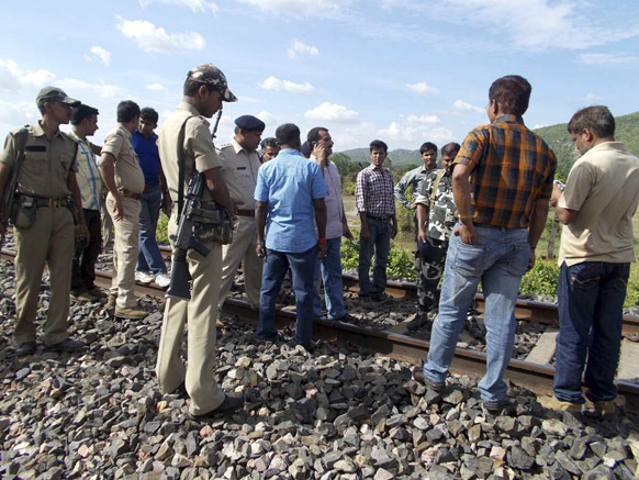 बिहार के जमुई में यही पर कल नक्सलियों ने एक ट्रेन पर हमला कर दिया था जिसमें 3 लोगों की मौत हो गई थी।