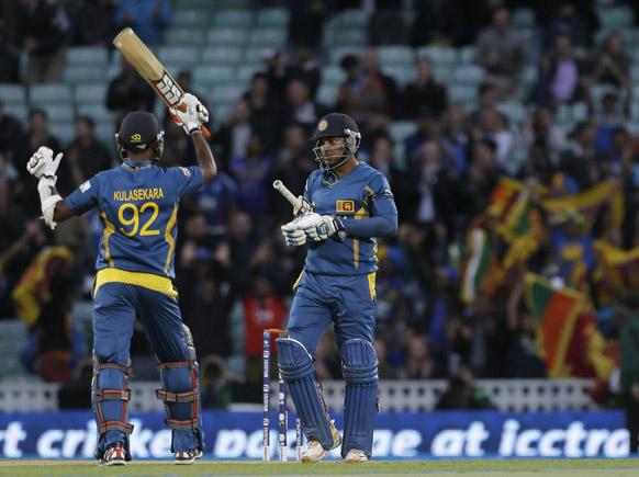 श्रीलंका के बल्लेबाज कुमार संगकारा इंग्लैंड को हराने के बाद खुशी जाहिर करते हुए।