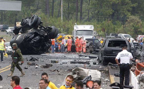 मैक्सिको में एक टैंकर के हादसे के बाद अफरा-तफरी मच गई।