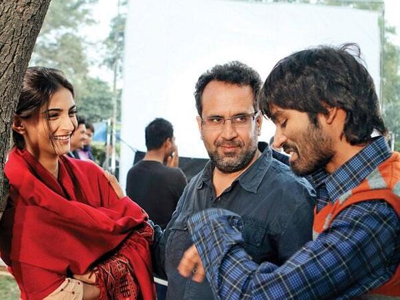 फिल्म रांझना के सेट पर अभिनेत्री सोनम कपूर, आनंद एल राय और धनुष।