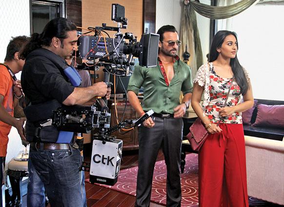फिल्म बुलेट राजा के सेट पर अभिनेता सैफ अली खान और सोनाक्षी सिन्हा। (फोटो सौजन्य : फिल्मफेयर)।