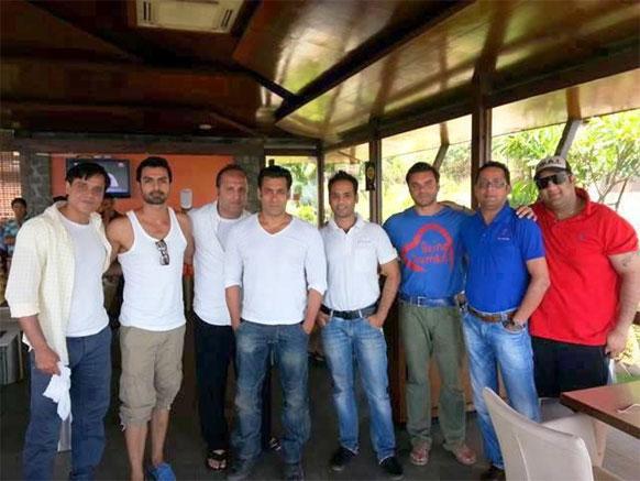 फिल्म मेंटल की टीम के साथ पोज देते हुए अभिनेता सलमान खान और सोहैल खान।