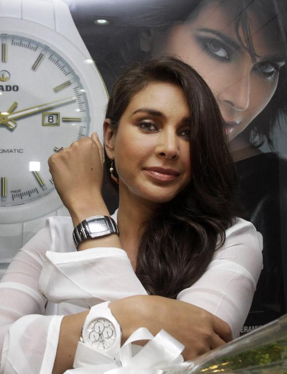कोलकाता में एक डायमंड युक्त घड़ी को पहने हुए लिजा रे।