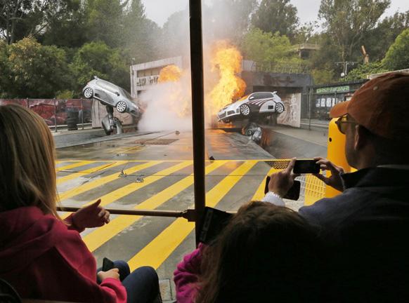 लॉस एंजिल्स में फास्ट एंड फ्यूरियस की शूटिंग के दौरान गाड़ियों की टक्कर का दृश्य।