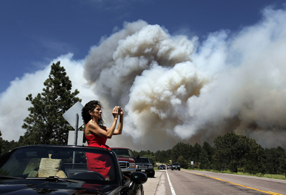 कोलो में जंगल में लगी आग के बाद धुएं का उठता गुबार।