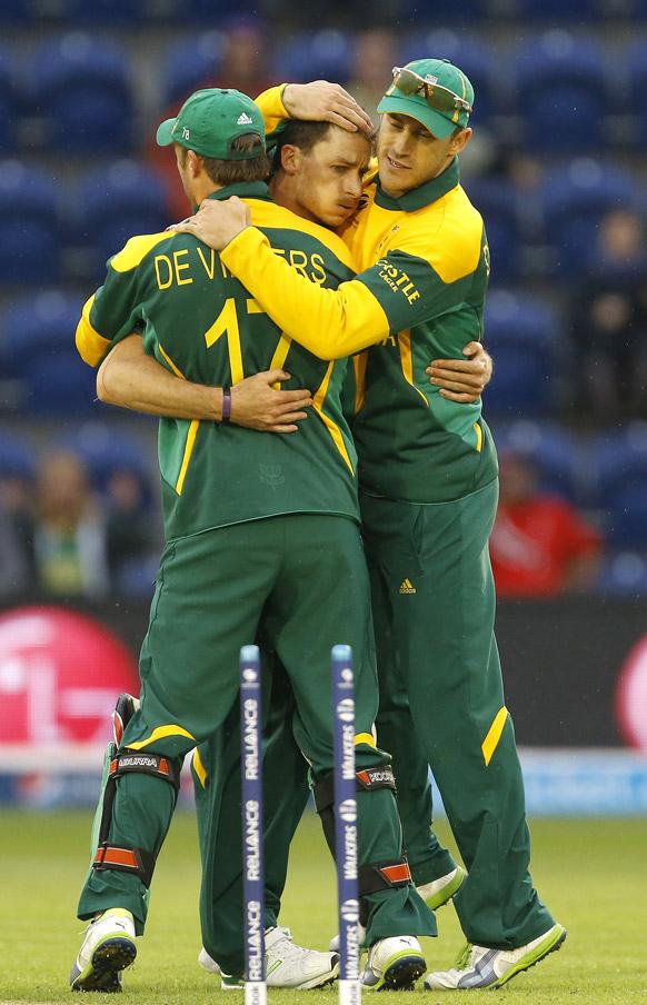 आईसीसी चैपियंस ट्रॉफी के लिए कार्डिफ के वाल्स स्टेडियम में शुक्रवार को दक्षिण अफ्रीका और वेस्टइंडीज के बीच खेले गए मुकाबले में जीत का जश्न मनाते दक्षिण अफ्रीकी खिलाड़ी।