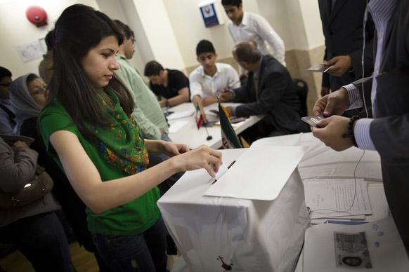 न्यूयॉर्क के क्वींस बोरफ में ईरानी राष्ट्रपति चुनाव के लिए बनाए गए पोलिंग स्टेशन में मतदान करती ईरान की महिला मतदाता।