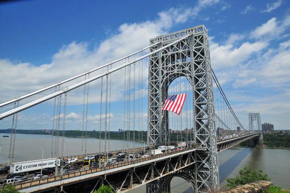 न्यूयॉर्क में जॉर्ज वाशिंगटन ब्रिज का निर्माण कार्य जोर शोर से चल रहा है। इस दौरान फ्लैग दिवस पर ब्रिज के बीच में एक भव्य अमेरिकी झंडा लहराया गया।
