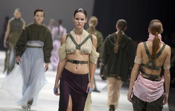 बेल्जियम के रॉयल म्यूजियम ऑफ फाइन आर्ट्स इन एंट्वर्प के सालाना फैशन शो के दौरान एक स्टूडेंट एलिस के डिजाइन किए परिधान को पहनकर रैंप पर कैटवॉक करती मॉडल्स।