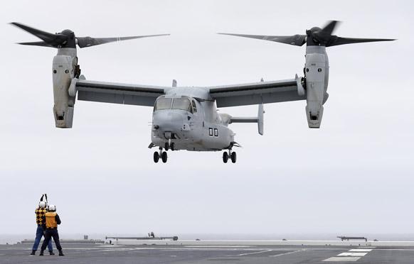 सैन डिएगो के तटीय क्षेत्र जेएस ह्यूगा में बने हवाई पट्टी पर जापानी विध्वंसक विमान एमवी-22 ऑस्प्रे को उतारा गया।