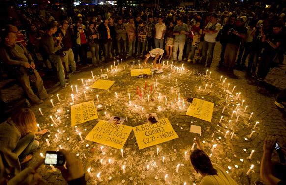इस्तांबुल में तक़सिम चौक पर लोगों ने विरोध प्रदर्शन के शिकार लोगों की याद में मोमबत्ती जलाया।