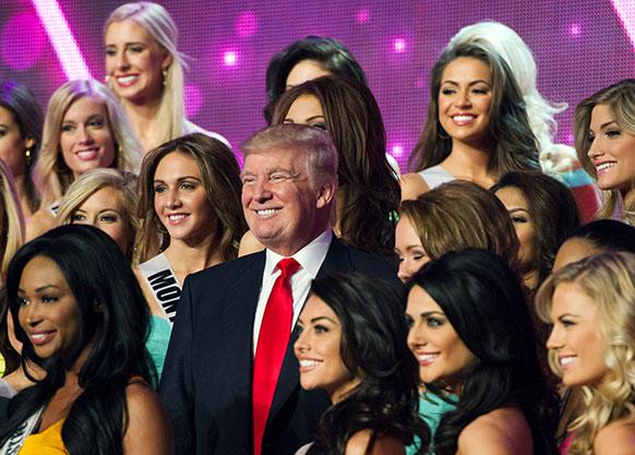 लास वेगास में मिस यूनिवर्स प्रतिभागियों के साथ फोटो खींचाते मिस यूनिवर्स ऑर्गनाइजेशन के सह-मालिक डोनाल्ड ट्रम्प।