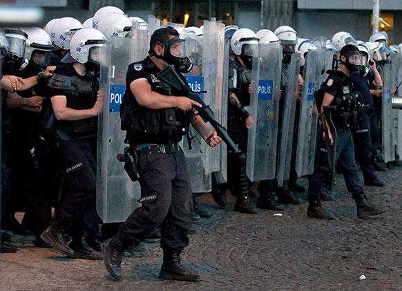 इस्तांबुल में प्रदर्शनकारियों को खदेड़ती दंगा पुलिस।