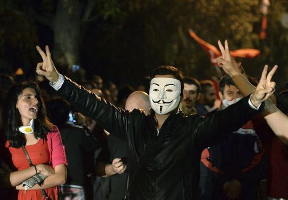 अंकारा में अमेरिकी दूतावास के बाहर प्रदर्शन करता टर्की का एक नागरिक।