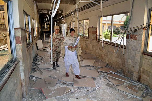 क्वेटा के बोलान मेडिकल कॉम्पलेक्स में शनिवार को हुए विस्फोट के बाद एक सुरक्षाकर्मी के साथ नर्स।