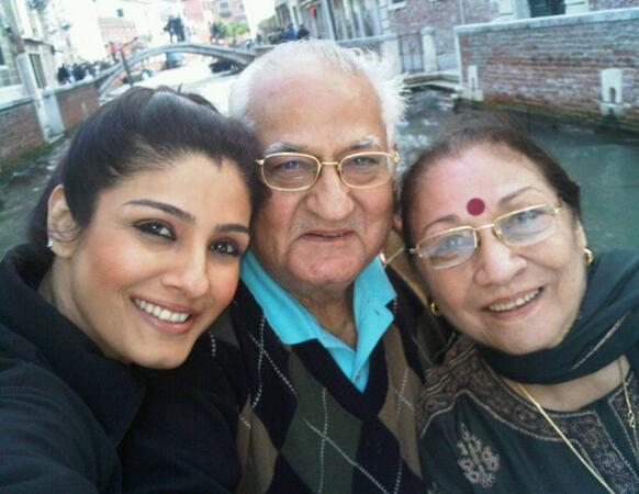 वेनिस में रवीना टंडन अपने माता-पिता के साथ।