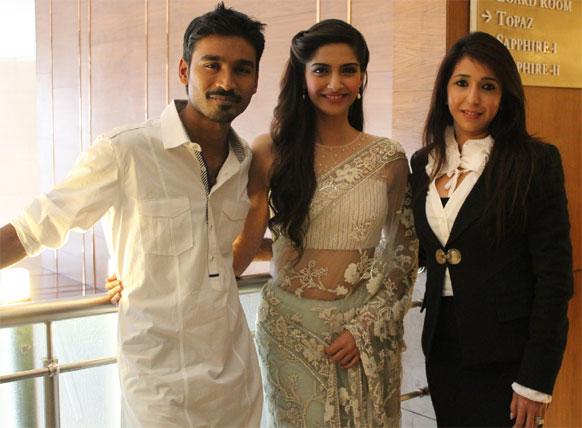 नई दिल्ली में फिल्म 'रांझना' की प्रोड्यूसर कृषिका के साथ धनुष और सोनम कपूर।