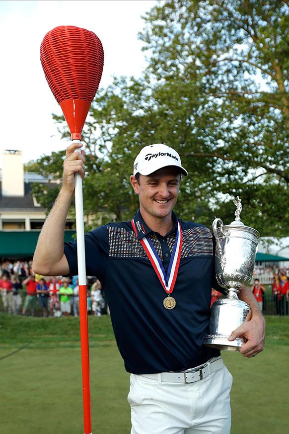 यूएस ओपन गोल्फ टूर्नामेंट जीतने के बाद ट्रॉफी के साथ जस्टिन रोज।