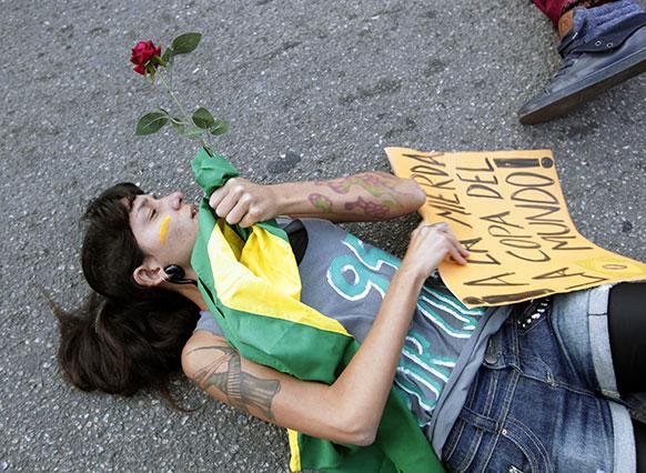 ब्राजीले के रियो डी जेनेरो में पुलिस लाइन के सामने प्रदर्शन करती युवती।