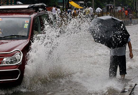 मुंबई में भारी बारिश से सड़कों भरा पानी।