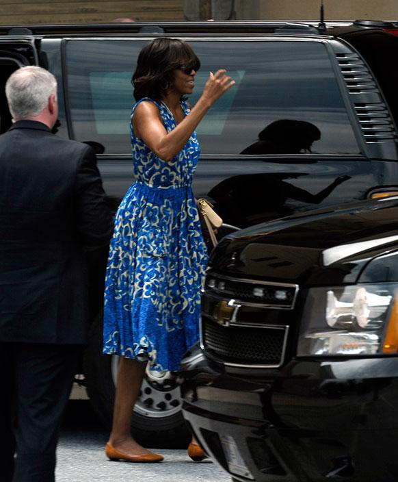 अमेरिकी की प्रथम महिला मिशेल ओबामा बेथेस्डा में म्यूजिक सेंटर जाती हुईं।