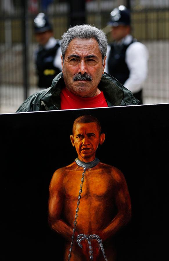 लंदन में राजनीतिक पेंटर कया मार ने बराक ओबामा की इस पेंटिंग के साथ यूएस दूतावास के सामने प्रदर्शन किया।