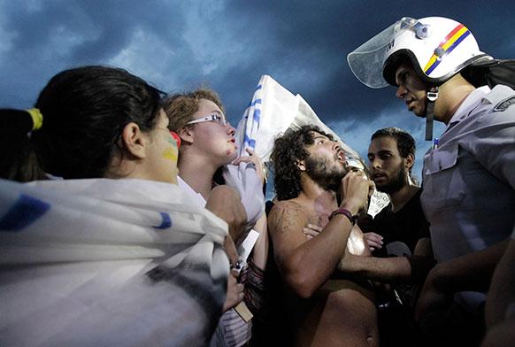 ब्राजीलिया में सुरक्षाकर्मा से बहस करते प्रदर्शनकारी।