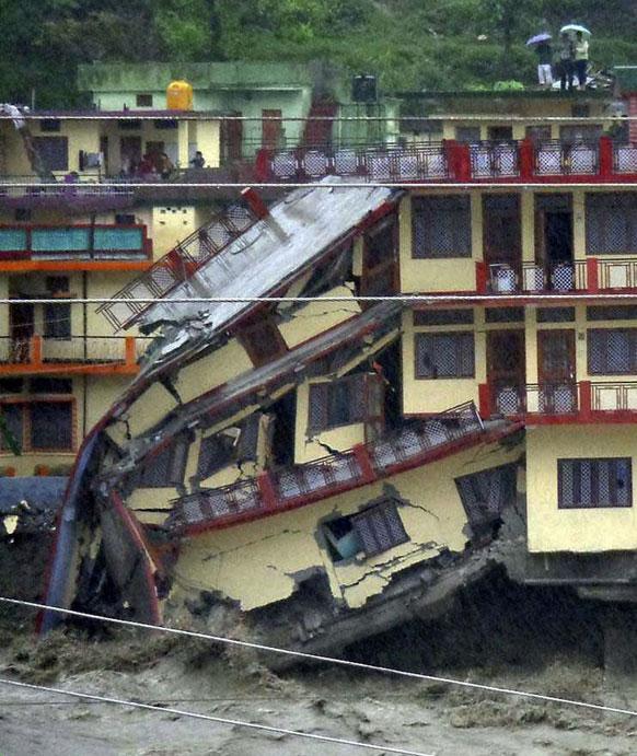 उत्तरकाशी में बाढ़ से भारी तबाही हुई , कई मकान कुछ इस तरह धराशाई हो गए।