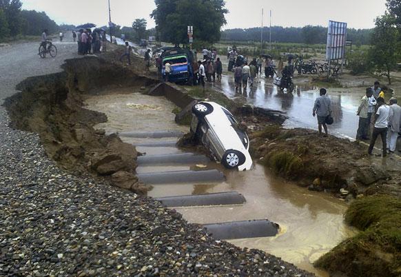 उत्तराखंड में भारी बारिश से हाईवे पर कई गाड़ियां फंस गई।
