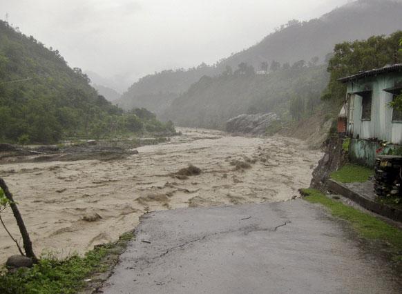 उत्तराखंड में जोशीमठ के नजदीक बदरीनाथ हाइवे का एक दृश्य जहां बाढ़ ने भारी तबाही मचाई।
